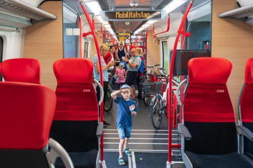 Kinder, Familien und Fahrradfahrer kommen komfortabel von A nach B und zeigen sich begeistert vom neuen ÖBB-Cityjet TALENT3.