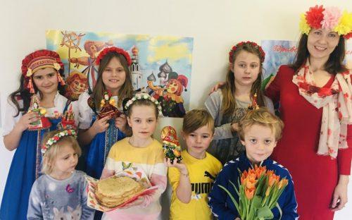 Kinder vom russischen Kinderclub mit den Organisatoren des Festkv rusalotschka