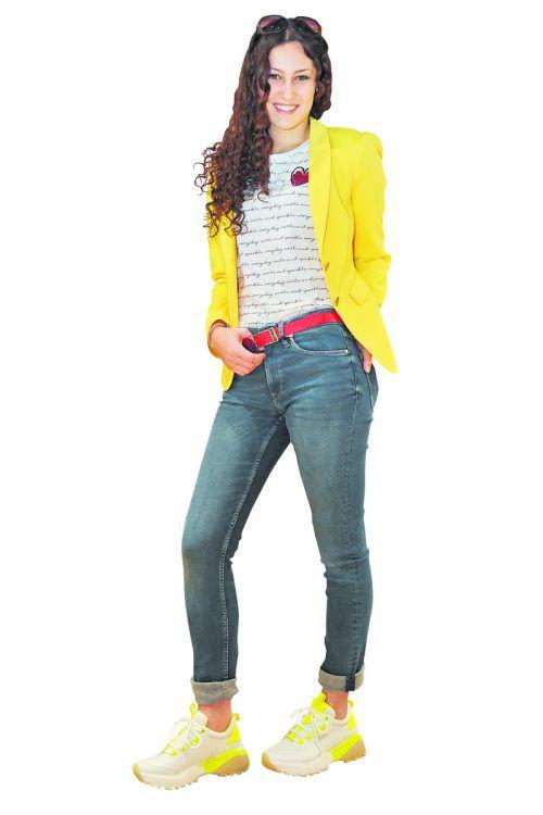 Knallig in den Frühling             Selina aus Wald am Arlberg in einem Outfit von s.Oliver in Bürs. Jeans (59,99 Euro), Blazer (139,99 Euro), Shirt (19,99 Euro), Brille (29,95 Euro) und Sneakers (69,95 Euro). VN/Lerch