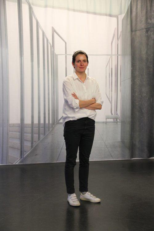 Künstlerin Claudia Larcher vor einer ihrer Videoarbeiten. Ag
