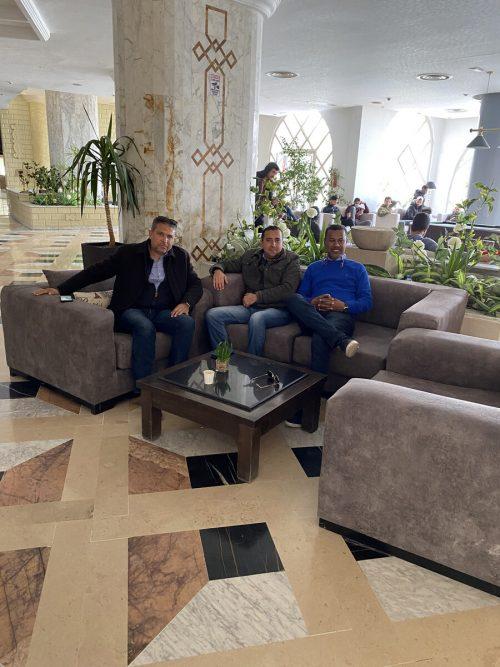 Lassaad Chabbi (rechts) mit den beiden Klubärzten Dr. Riad Hizim und Dr. Ilyes Bouzgaro.Privat/3