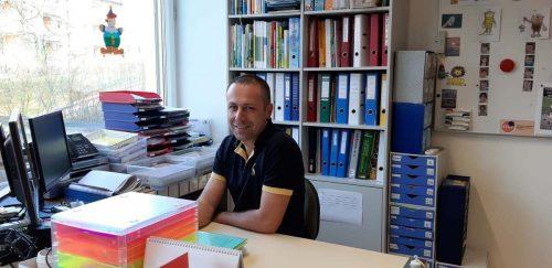Lehrer Hanno Klocker bereitet das Material für seine Schüler vor.
