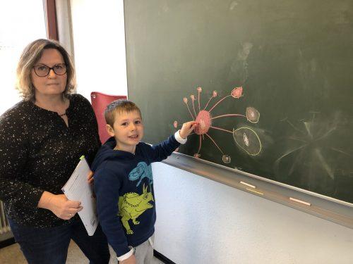 Leo und sein Kunstwerk. Das Coronavirus ist auch bei den jüngsten Schülerinnen und Schülern bereits Thema.