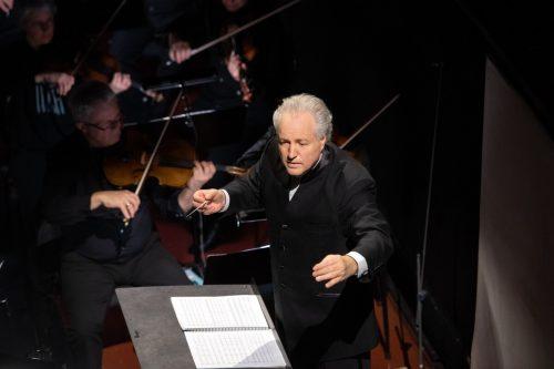Manfred Honeck leitet die Aufführung.