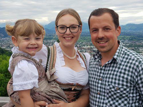 Marie (3,5 Jahre), Theresa Wangemann (26) und Hannes Baur (38) haben sich sehr auf die Hochzeit gefreut. Schweren Herzens mussten sie gestern ihren Gästen absagen.