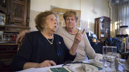 """Marlies Müller (r.) mit Vorgängerin Elly Böhler, hier auf einem Archivbild. """"Ma hilft"""" ist seit 40 Jahren für Vorarlberger in Not da."""