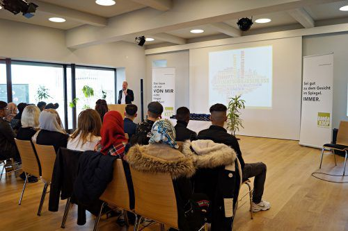 Martin Hagen spricht zu den erfolgreichen Absolventen.