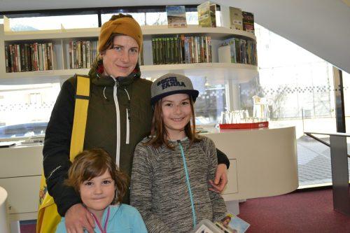 Martina Bitschnau und ihre Kinder Ferdinanda und Kasimira deckten sich noch mit Lesestoff ein. BI