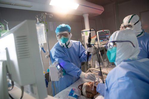 Mediziner behandeln einen Covid-19-Patienten in einem Krankenhaus in Wuhan. Am Donnerstag meldete China erstmals keine neuen Ansteckungen.