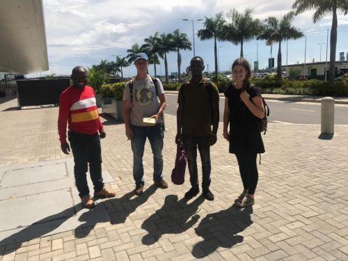 Michael Luger (2.v.l.) am Flughafen von Dar es Salaam, Tansania.