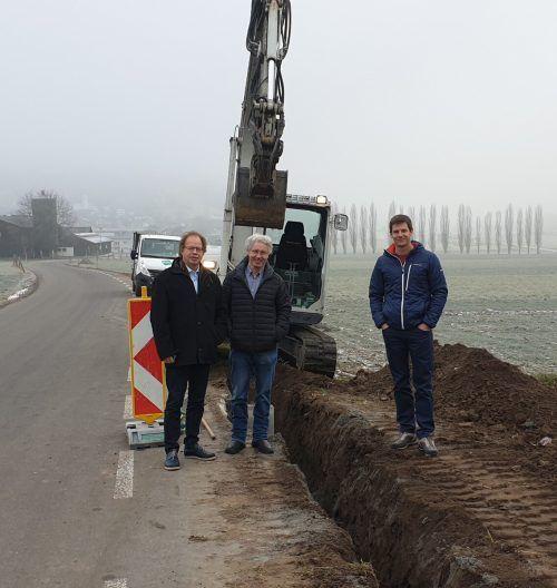 Mit 1. April tritt Herbert Rösler (Mitte) seine Pension an. Hier mit Bürgermeister Florian Kasseroler und Röslers Nachfolger, Thomas Groß (rechts). em