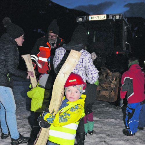 Mit Begeisterung trugen die Kinder die Holzscheite zum Kinderfunken. DOB
