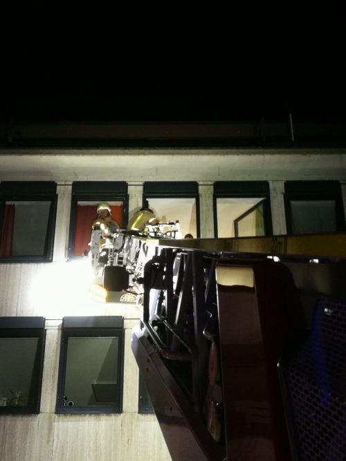 Mit einer Steigerleiter half die Lindauer Feuerwehr bei der Bergung.