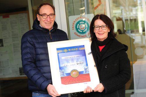 Mobilitätslandesrat Johannes Rauch überreichte das Zertifikat an Bürgermeisterin Eva-Maria Mair. VLK