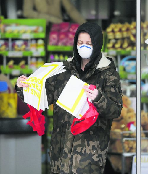 Nasen-Mund-Schützer gehören ab heute zum normalen Erscheinungsbild in Österreichs Supermärkten. Sie sollen helfen, die Corona-Epidemie einzudämmen.