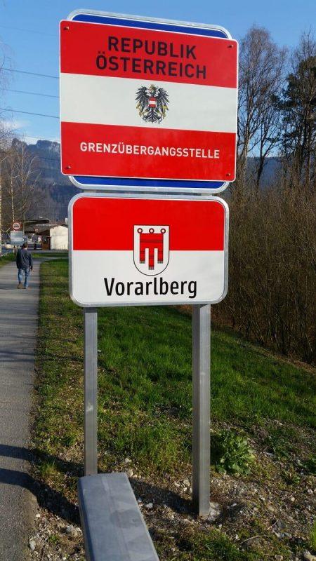 Neue Schilder weisen auf die Grenzkontrollen hin.