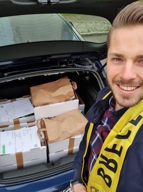 Nico Schnabl mit einem vollgepackten Kofferraum. Im Rahmen der Nachbarschaftshilfe übernehmen Bregenzer Handballer Einkäufe für bedürftige Leute in der Stadt. Verein