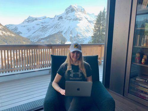 Nina Ortlieb beim E-Learning auf der hauseigenen Terrasse mit dem Omesberg im Hintergrund.privat