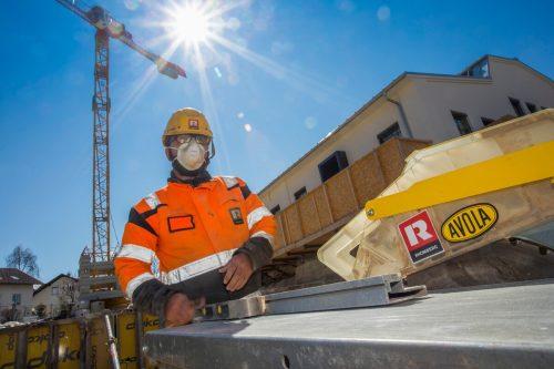Ordentlich geschützt und mit genug Abstand darf am Bau jetzt in ganz Vorarlberg - auch auf Landesbaustellen - wieder gearbeitet werden.
