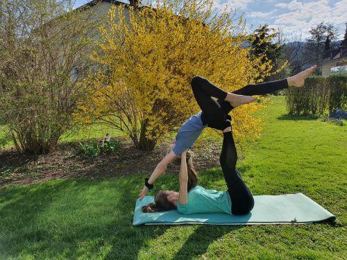 Ob Sonnengruß, herabschauender Hund oder wie im Bild zu sehen, eine Partnerübung: Bei der Yoga-Challenge stellten die Guides ihre Fitness unter Beweis.