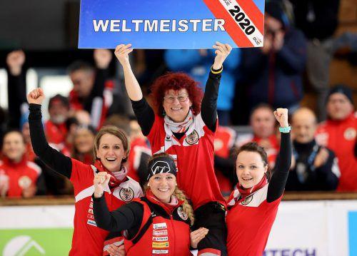 Österreichs Goldmannschaft mit Susanne Sohm-Armellini – von links: Viktoria Schlapfer, Sophie Schmutzer und Simone Steiner.gepa