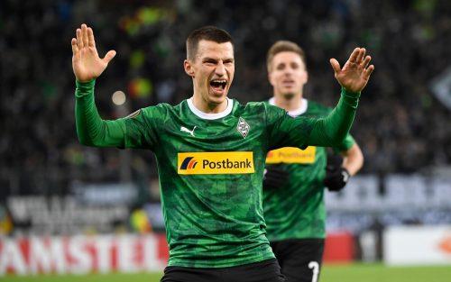 Österreichs Nationalspieler Stefan Lainer in Diensten von Mönchengladbach hat sich mit seinen Mitspielern zu einer großzügigen Geste entschlossen.apa