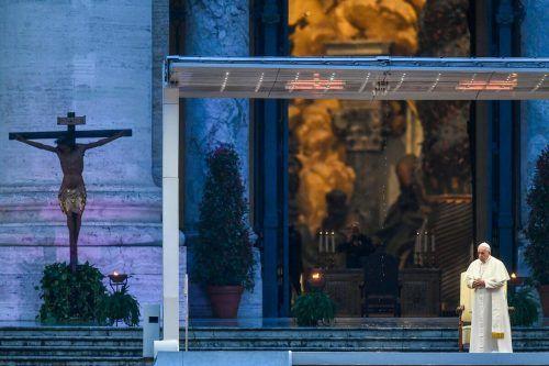 """Papst Franziskus hat am Freitag vor dem Petersdom eine Andacht gehalten und von den Stufen der vatikanischen Basilika herab den Sondersegen """"Urbi et orbi"""" gespendet. AfP"""