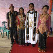 """<p class=""""caption"""">Pater Inosens Reldi mit seiner Familie zur Feier seiner Priesterweihe im September 2018 in seiner indonesichen Heimat.</p>"""