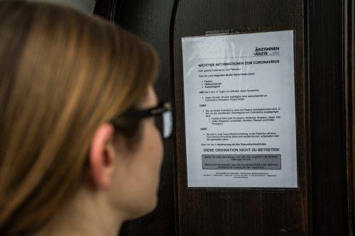 Patienten von niedergelassenen Ärzten sind derzeit schon an den Eingangstüren mit strikten Hinweisregeln zum Coronavirus konfrontiert.vn/steurer