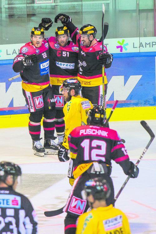 Robin Soudek, Dylan Stanley und Fabian Scholz möchten im Play-off-Halbfinale gegen den HC Pustertal wieder jubeln.Steurer
