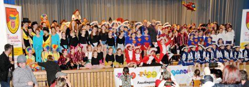 Sämtliche Teilnehmerinnen mit Faschings-Prominenz auf der Bühne in Gaißau.ajk