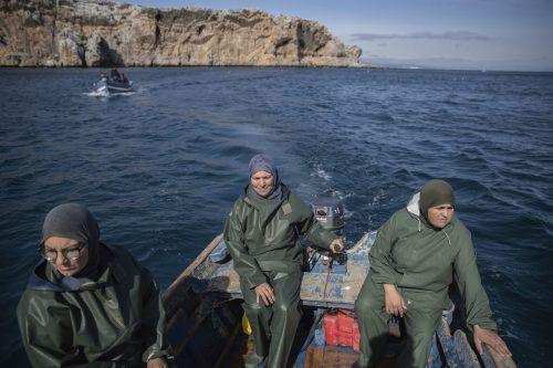 Saida Fetouh (l.), Fatima Mekhnas und Fatiha Naji (r.) stoßen mit ihrer Arbeit in ein männlich dominiertes Tätigkeitsfeld vor. AP