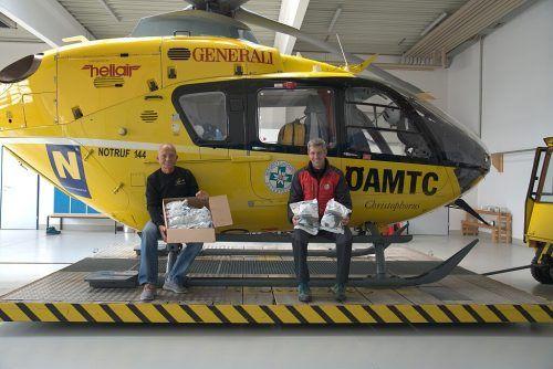 Schutz ist Teamarbeit: Die ÖAMTC-Flugrettung übergab der Bergrettung Schutzmasken für den Einsatz. öbrd