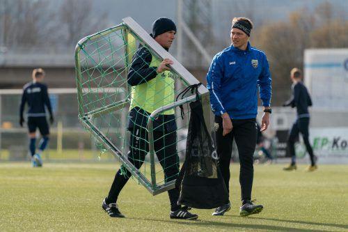 SCRA-Trainer Alex Pastoor räumt schon mal das Tor vom Feld. Physio Martin Hämmerle hat die Trainingspläne erstellt.gepa