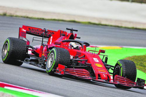 Sebastian Vettel steuert den roten Boliden in seine sechste Ferrari-Saison. Der SF1000 zeigte sich in den Kurven verbessert, aber auf den Geraden zu langsam.gepa