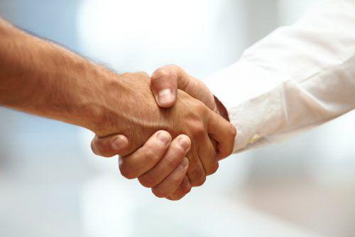Sich die Hand zu geben, gilt vor allem in westlichen Gesellschaften als wichtiges Begrüßungsritual.