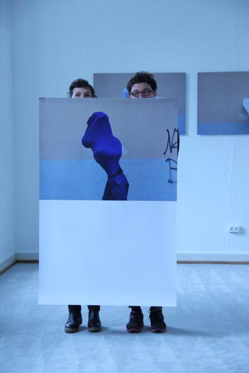 Silke Maier-Gamauf und Romana Hagyo mit ihren Arbeiten.
