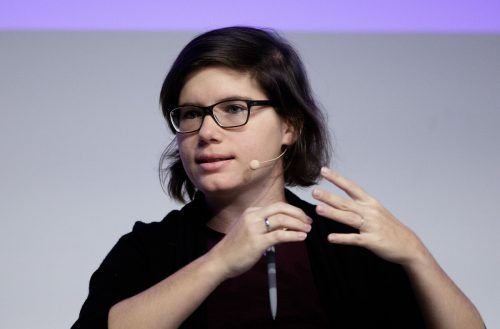 Social-Media-Expertin Ingrid Brodnig enttarnt Falschnachrichten im Netz.