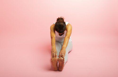 Spine Stretch. Langsitz – aufrichten, einatmen, Arme seitlich hochnehmen, ausatmen und ein Bein oder beide Beine gestreckt, Kniekehle in Richtung Matte gedrückt, Oberkörper wie über einen großen Ball nach vorne ablegen.Mein Tipp: 10 bis 15 Wiederholungen, 2 bis 3 SerienZiel: Dehnung der Brustwirbelsäule in Oberkörperbeugung