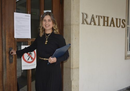 Standesbeamtin Nina Heinzle vor dem Eingangstor zum Dornbirner Rathaus: Nur bei einer Trauung gibt es eine Ausnahme.eh