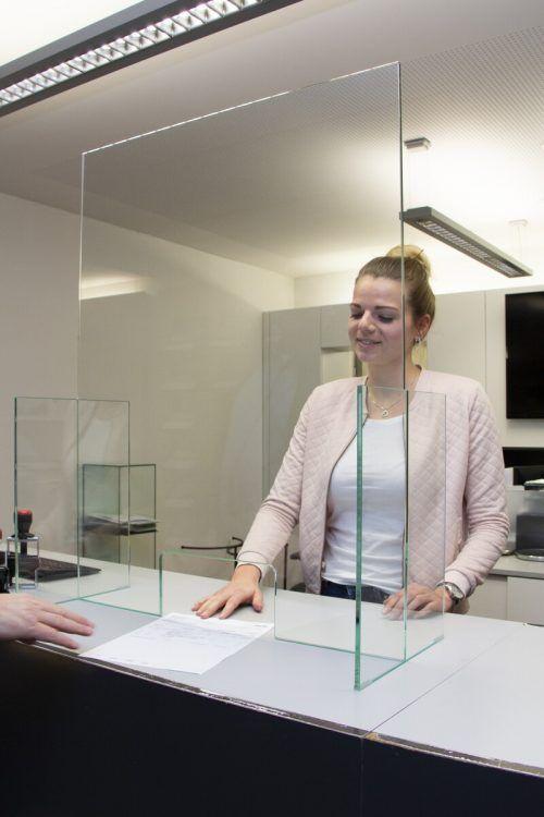 Thekenaufsteller aus Glas können Mitarbeiter und Kunden schützen. Glas marte