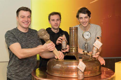 """Ulrich Straub, Clemens Pschenitschnigg und Johannes Siegele (v.l.) haben für """"Ma hilft"""" ein vorzügliches Bier gebraut. VN/Stiplovsek"""