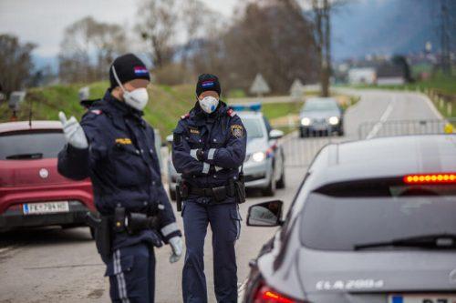 Unter Quarantänebedingungen greift die Polizei zu zusätzlichen Schutzmaßnahmen wie Mundschutz und Handschuhen. VN/steurer