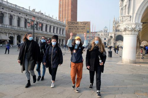 Verunsichert: Urlauber mit Masken in Venedig. Reuters