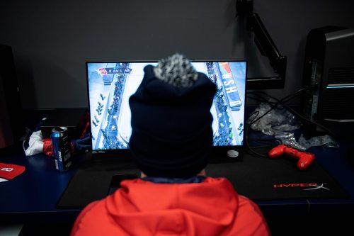 Von Zuhause aus kann man sich weltweit online zu Videospielen verabreden. Bei NHL 20 darf die Mütze natürlich nicht fehlen.apa