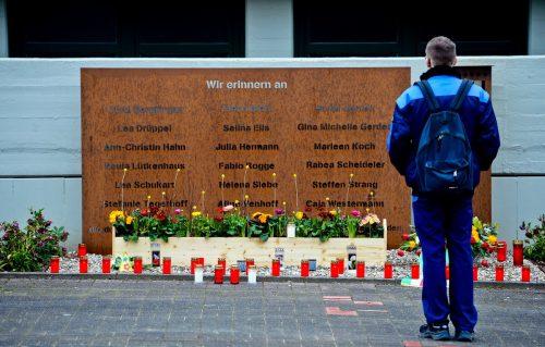 """Wegen der Coronakrise fällt die Gedenkfeier auf dem Schulhof des Joseph-König-Gymnasiums aus. Die Bevölkerung soll stattdessen ein """"Licht des Gedenkens"""" ins Fenster stellen. AFP"""