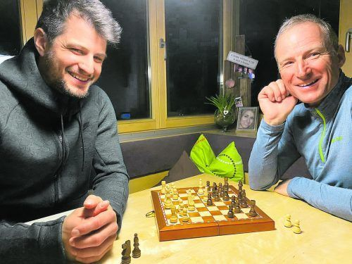 Wer geht schachmatt? Vater Hubert (rechts) und Sohn Johannes Strolz. privat