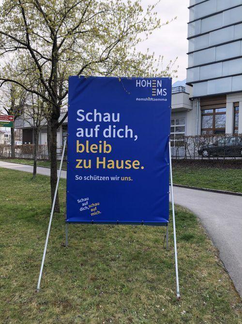 Wo bis vor wenigen Tagen noch der Hohenemser Bürgermeister Dieter Egger von den Plakatwänden lächelte, prangt nun der Slogan der Bundesregierung.  VN/Prock