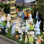 """<p class=""""caption"""">Zahlreiche Osterhasen und andere Tiere schmücken den Rasen vor dem Haus von Walter Kettner. cth</p>"""