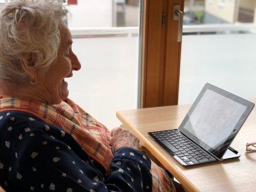 Anna Friess ist multimedial unterwegs und kommunziert mittels Tablet.